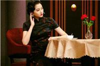 关晓彤旗袍造型尽显身材,粉色旗袍妩媚黑色更惊艳
